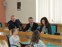 Členové chomutovského Studentského parlamentu diskutují s první místopředsedkyní Poslanecké sněmovny Jaroslavou Jermanovou.