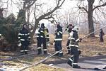 Zásah hasičů při požáru bývalé opuštěné ubytovny na Březenecké.
