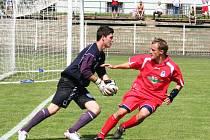 Fotbalisté FC Chomutov (na snímku vpravo Pavel Heier) vyhráli už pošesté v řadě a pošesté s nulou. V neděli zvítězili na hřišti béčka Sokolova 2:0.