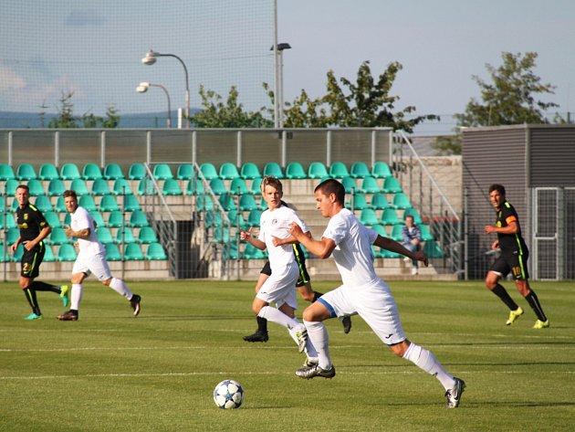 Chomutovští fotbalisté (v bílém) porazili německý Chemnitz 5:1.