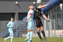 Patrik Gedeon (v modrém) v souboji s protihráčem ze Sokola Libiš. Vzadu Marek Chaloupka.