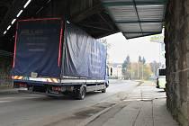 Kamion uvízlý pod mostem. Ilustrační foto