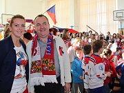 Celá klášterecká škola ZŠ Krátká sledovala hokej. Na začátku zimních olympijských her tam dokonce zařídili olympijské studio s promítacím plátnem.