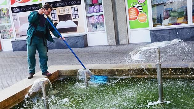 Fontánu v Palackého ulici letos opravovali několikrát. Na snímku pracovník technických služeb Miroslav Duchek při čištění vodní hladiny.