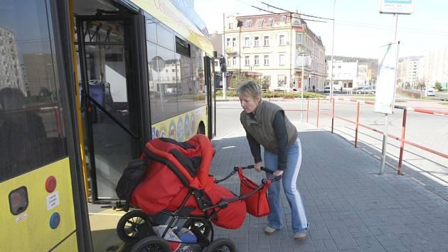 Cestující na autobusovém nádraží v Jirkově nemohou v případě nepříznivého počasí využít přístřešky.