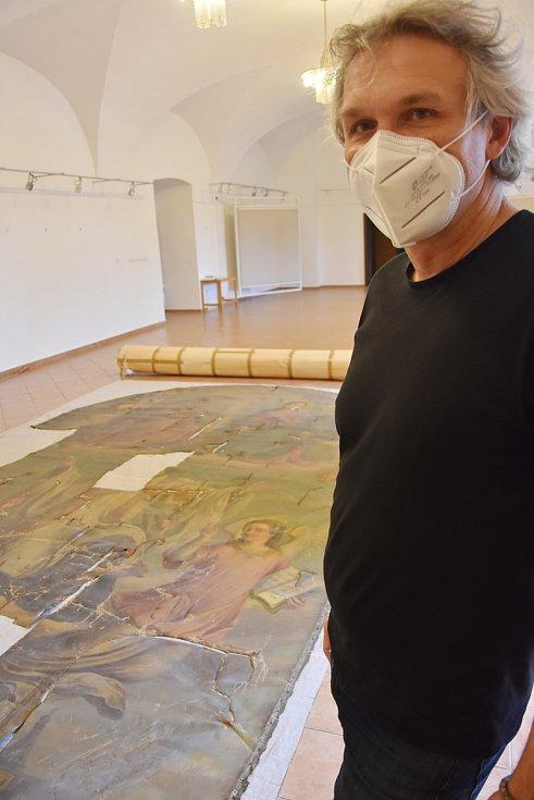 Ředitel Chomutovské knihovny Bedřich Fryč u poničeného oltářního obrazu, kterého se ujmou restaurátoři.