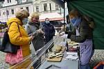 Farmářské trhy v Chomutově přilákaly mnoho zájemců. Prodejci přivezli spoustu zeleniny ovoce, koření, masné výrobky i vánoční ozdoby