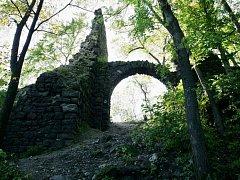 Zřícenina na Nebeské Skále u Stráže nad Ohří