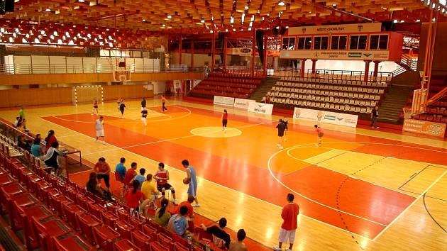 Sportovní hala v centru Chomutova už je v provozu.