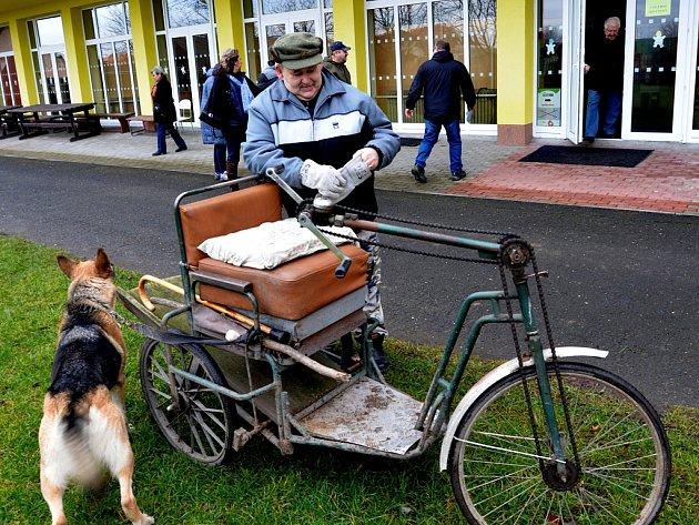 Kvolební urně vúdlické základní škole dorazil volič Petr Kolarík vnetradičním dopravním prostředku, podomácku vyrobené tříkolce.
