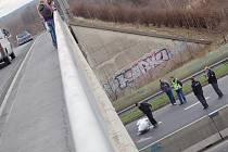 """Muž skočil z  mostu, který překlenuje """"třináctku"""" nad Baumaxem."""