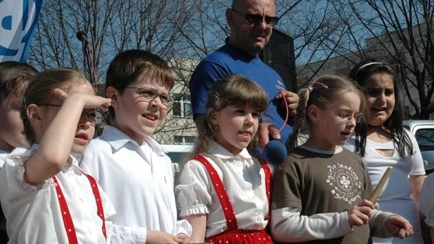 Děti ze ZŠ Nerudova během pěveckého vystoupení.