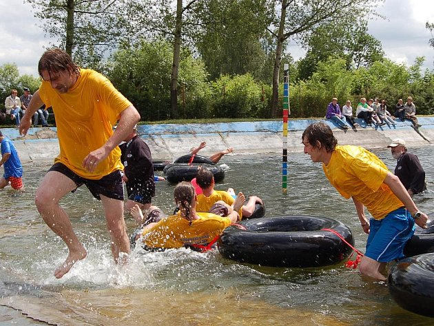 Ve vodě se soutěžící zdržovali jen když to bylo nutné. Pak prchali.