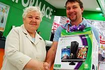 VÝHERKYNĚ Anna Šebková přebírá hlavní cenu, herní konzoly XBOX Kinect, z rukou ředitele chomutovského hypermarketu Martina Prošky.