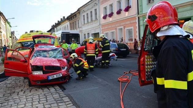 Dopravní nehoda městského autobusu a dvou osobních aut v Kadaňské ulici v Chomutově.