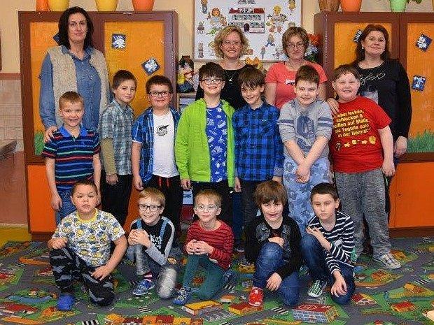 Žáci 1.D ze ZŠ Školní vChomutově paní učitelky Martiny Bušovské. Žákům pomáhají také asistentky Petra Tautrmanová, Jaroslava Skalická a Martina Pleinerová.