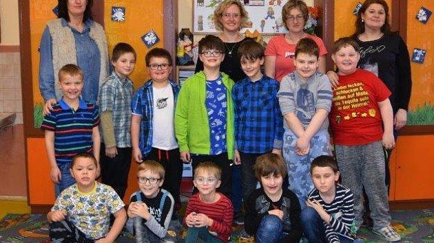 Žáci 1.D ze ZŠ Školní v Chomutově paní učitelky Martiny Bušovské. Žákům pomáhají také asistentky Petra Tautrmanová, Jaroslava Skalická a Martina Pleinerová.
