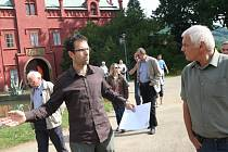 PROCHÁZKA PARKEM. Zahradní architekt Jan Šesták provedl veřejnost parkem. Ukázal a vysvětlil, kde a proč potřebuje prosvětlit, prořezat či vysázet nové dřeviny, keře a trvalky.