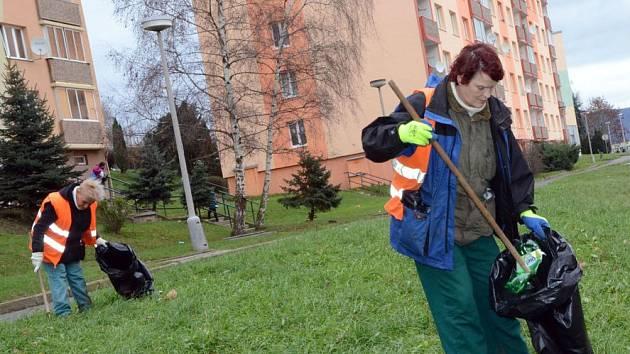 Odpadky sbírají Technické služby denně, i tak je to někde málo. Na fotografii při úklidu na Zahradní paní Fišáková (blíže) a Kováčová.