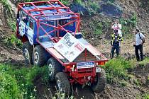 Závodník truck trialu v Krásné Lípě zdolává nástrahy tratě.