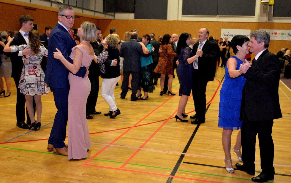 Sportovní hala Spořice praskala ve švech. Myslivecký ples s bohatou tombolou a výřadem zvěře přivítal na sedm set lidí.
