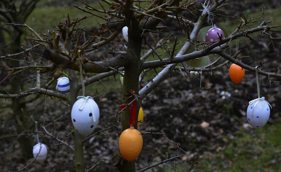 Velikonoce se blíží, o čemž svědčí výzdoby domů zahrad a oken.