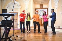 Už na pátečním zahajovacím koncertu Jirkovského Písňovaru na zámku Červený Hrádek vystoupí několik vynikajících sborů. Mezi nimi také loňský vítěz Intonic Praha na snímku.