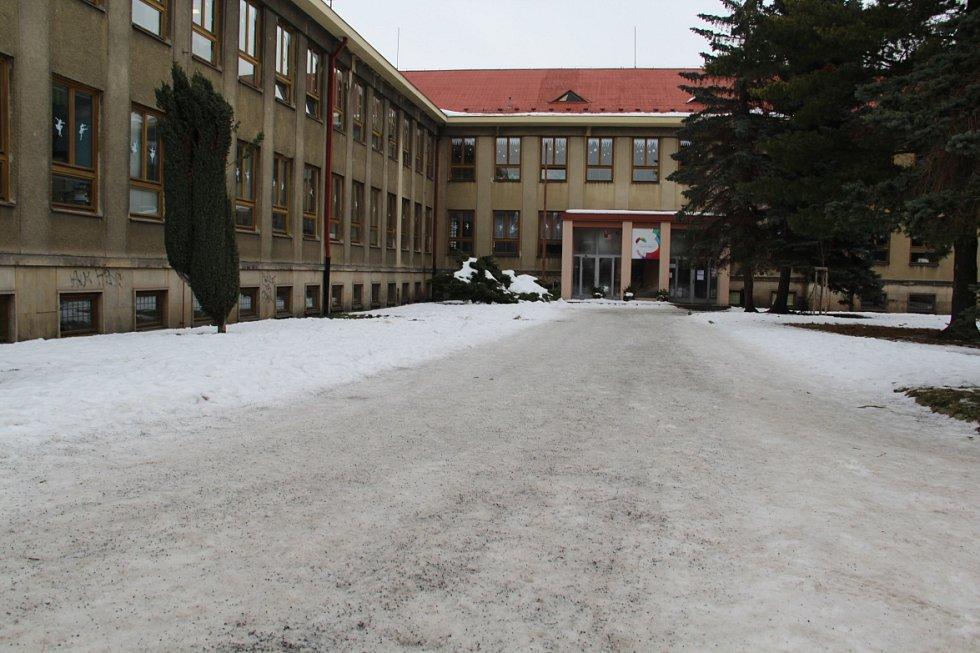 Před školou Duhová cesta je jedna velká ledová plocha. Je posypaná, přesto je potřeba dávat si pozor.