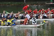 Závod dračích lodí na Kamencovém jezeře, září 2013.