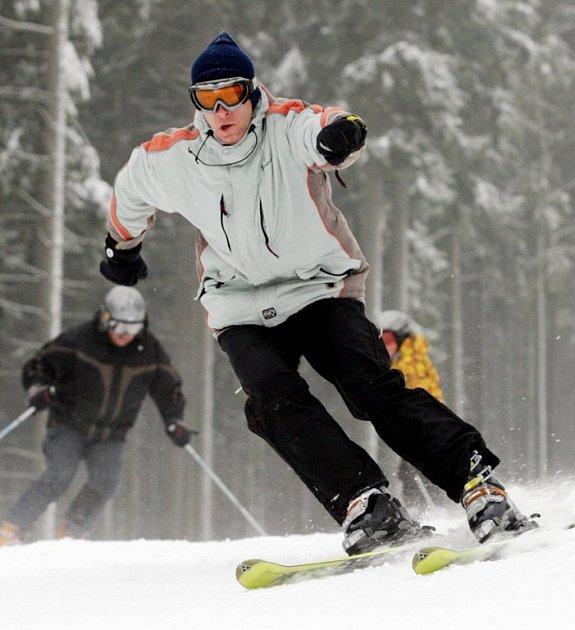 Nadšenci využili k lyžování už první listopadový sníh, ale pravá sezona se začíná teprve rozjíždět.