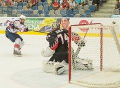 Michal Poletín dává první gól proti Omsku a tím také první gól Pirátů v nové sezoně.