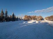 Pohled na rozcestí u Horní Halže. Uzavřená silnice slouží v zimě jako běžecká magistrála. (5.2.2019)