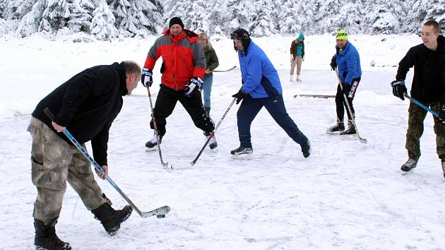 Horalé si na rybníku zahráli hokej pod širým nebem.