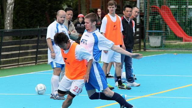 FC Viet Chomutov - Unique Drink Team 3 : 0, hráči FC Viet Chomutov v oranžovém.