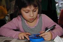 O výrobky dětí a seniorů na tradičním Jirkovském charitativním adventu byl značný zájem, velká většina zboží se prodala.