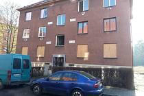 Dům v ulici Osvobození je dva roky bez obyvatel. Město ho zajistilo před vpády vandalů.