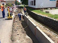 V Otvicích staví chodník s protipovodňovou úpravou
