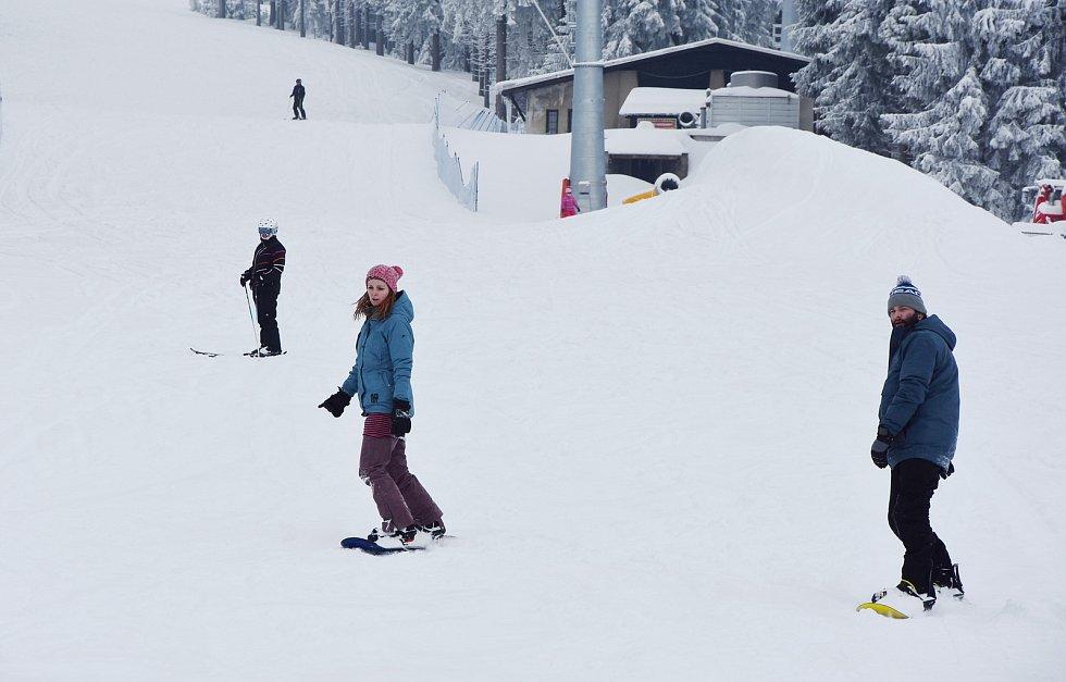 Zimní radovánky ve Skiareálu Klínovec. Ten je stále oficiálně uzavřený.