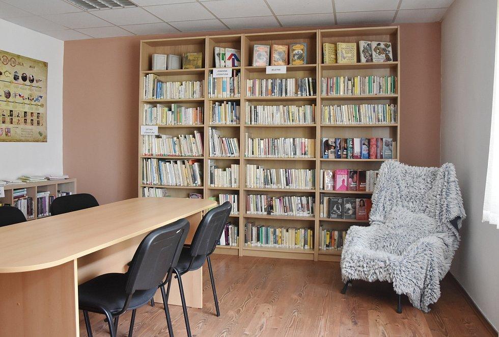 Knihovna na obecním úřadě ve Všehrdech.