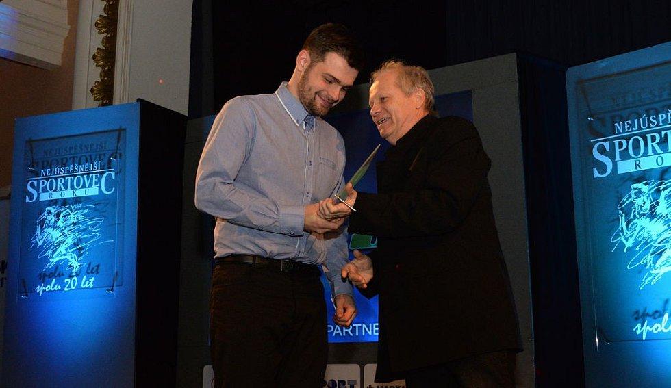 Florbalista Ondřej Šarša získal od čtenářů 1965 hlasů a stal se tak Sportovní hvězdou Deníku. Cenu mu předal sporťák Chomutovského deníku Jaroslav Průša.