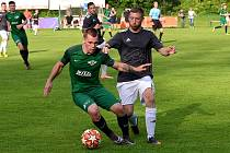 Fotbalisté Perštejna (v zeleném) začnou novou sezonu doma.