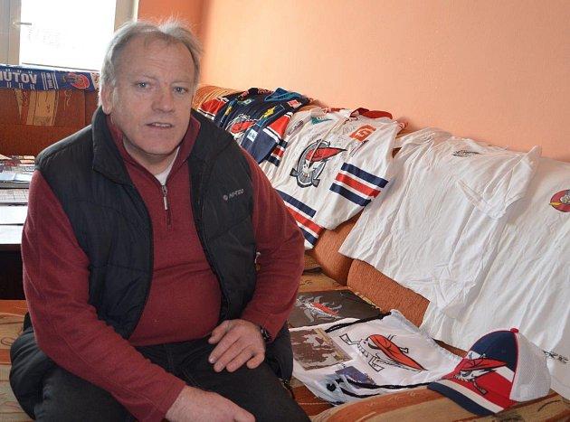 Skalní fanda chomutovského hokeje Jaroslav Hupcej a jeho sbírka. K pravidelnému fandění na hokejových zápasech přidal v osmdesátých letech také sběratelskou vášeň. Ze sbírky si chce doma udělat soukromé muzeum.