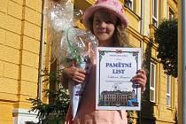 Prvňačka Viktorka Romová první školní den před školou ve Vejprtech.