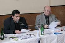 Starosta Jirkova Radek Štejnar (vlevo) a místostarosta Jaroslav Cingel při zasedání zastupitelstva.