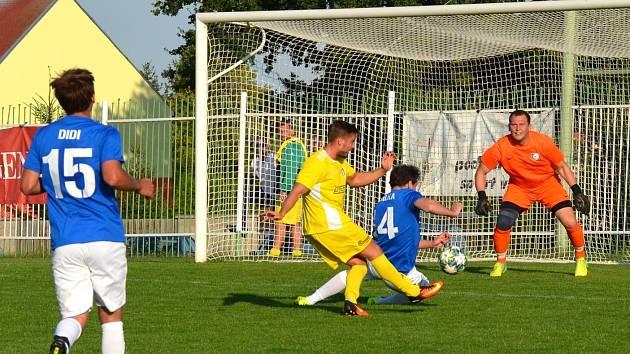 Spořice ve žlutém sehrály se Šluknovem těžké utkání. Rozhodly až penalty. Na snímku je zachycena jedna z útočných akcí domácího týmu.