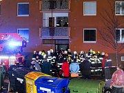 V paneláku Na Borku v Jirkově hořelo. Plameny vyšlehly zřejmě po přechozím výbuchu.