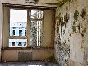 """V třídách chybí nejen lavice a podlahy. Šroťáci se dávno """"postarali"""" i o topení."""