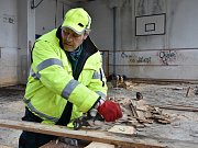 Všechno, co může hořet, musí pryč. Proto pracovní skupina magistrátu rozebírá cokoli je ze dřeva, včetně parket v tělocvičně.