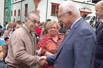 Prezident Václav Klaus v září navštívil také Karlovarský kraj. Na snímku se zdraví s obyvateli Sokolova.