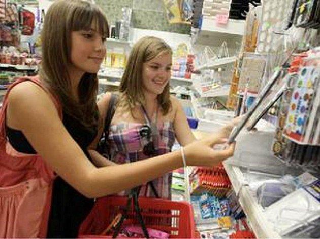 POMALU SE BLÍŽÍ ŠKOLNÍ ROK. Slečny Julie Brandová a Linda Kolářová nakupují školní potřeby v papírnictví na náměstí. Výběr tady je velký a mají i velké slevy na aktovky.